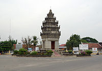 Takeo Independence Monument 4051.jpg