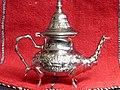 Tetera marroquí metálica, para servir té verde.JPG