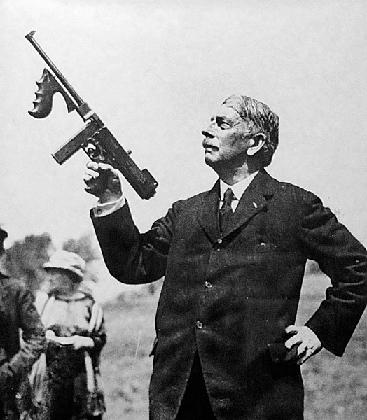 ファイル:Thompson-and-his-gun.jpg