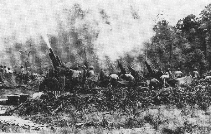 U.S. 105 mm artillery battery in action in the Central Highlands (Battle of Dak To, 1967)