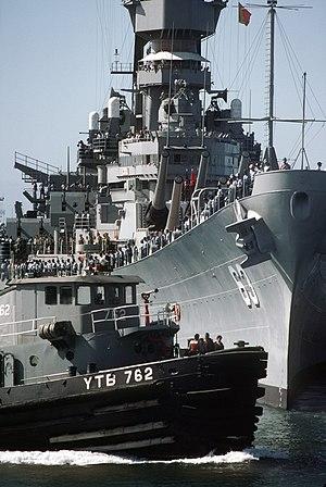 Tuscumbia (YTB-762) - Image: USS Tuscumbia (YTB 762) assists USS Missouri (BB 63)