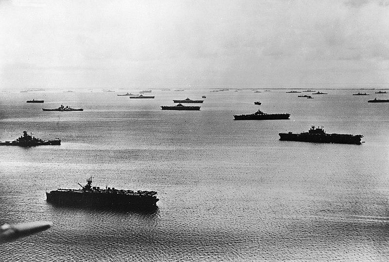 Авианосная эскадра 5-го флота ВМС США обеспечивает высадку войск на атолл Маджуро (Маршалловы Острова, 1944 г.)