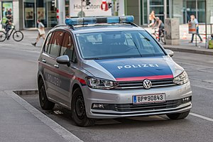 VW Touran II Bundespolizei Wien 25 July 2020 JM (2).jpg