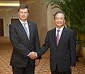 Valdis Dombrovskis tiekas ar Ķīnas premjerministru Veņu Dzjabao (7975820009).jpg
