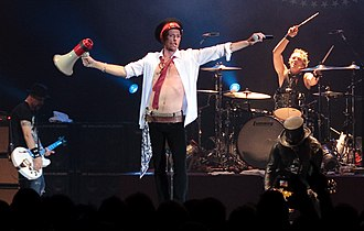 Scott Weiland - Weiland performing with Velvet Revolver in London