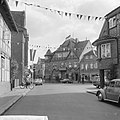 Verloofde paar niet in dorp Hitsacker, de versierde straat, Bestanddeelnr 917-9284.jpg