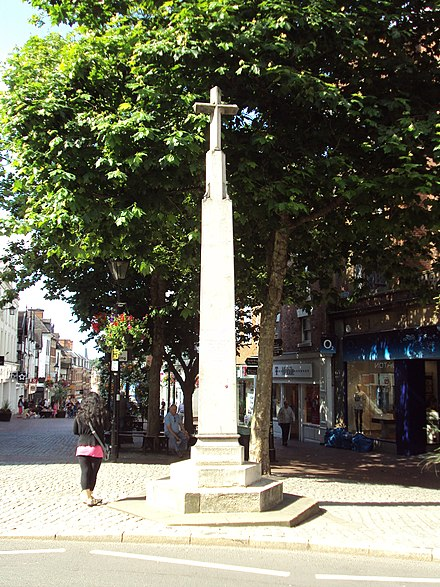 High Cross given to the town of Shrewsbury by the school in 1952, replacing the lost medieval cross, to celebrate 400 years of relations between the two War Memorial, Pride Hill, Shrewsbury - DSC08256.JPG