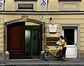 Wien-Wiedner Hauptstr-18-Nr32-Gluck-Postbote-Fahrrad-2009-gje.jpg
