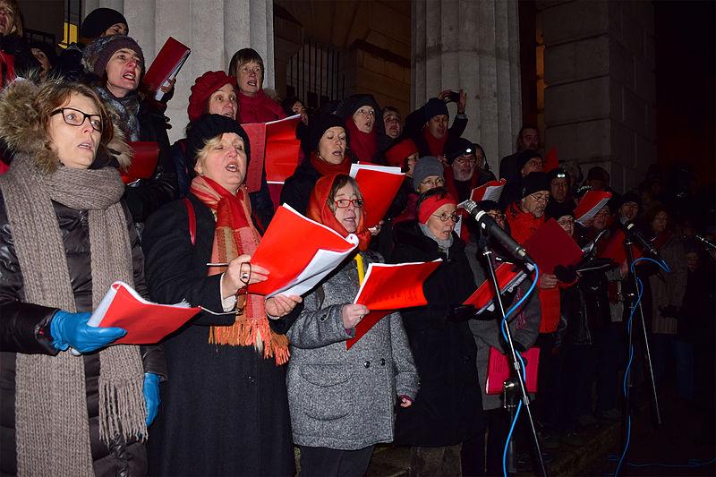 Datei:Wien - Gedenkkundgebung 70 Jahre Befreiung von Auschwitz - Chor singt das Dachau-Lied.jpg