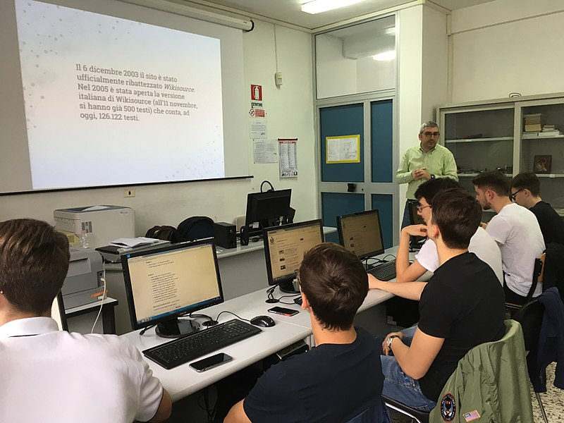 File:Wikisource e Commons, laboratorio wiki al liceo Medi Battipaglia 2018 02.jpg