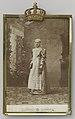 Wilhelmina, portret in Fries kostuum in keukendecor, in standaard, RP-F-F17410.jpg