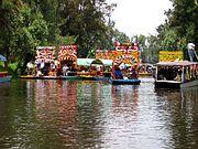 Canales de Xochimilco, actualmente protegidos por el gobierno del Distrito Federal y la delegación de Xochimilco. Fueron declarados Patrimonio de la Humanidad en 1987
