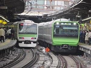 山手線E231系(左)・E235系(右) (2018年4月14日 / 新宿駅)