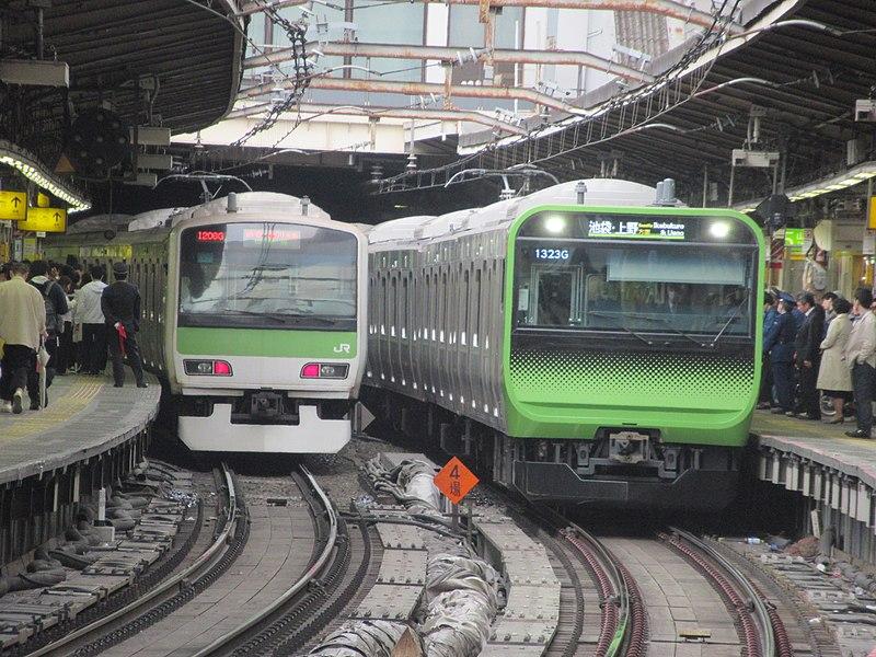 ファイル:Yamanoteline new and old @shinjuku.jpg