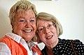 Zwei Freundinnen, Marie Heitmann und Ute Postalci auf der Vernissage der Ausstellung NATUR UND FANTASIE, Ölbilder von Barbara Hansen, Podbielskistraße 88 in Hannover.jpg