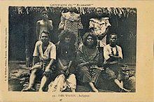 Photo en noir et blanc (de mauvaise qualité) montrant un groupe de personnes assises et prenant la pose (4 assises, 3 debout), hommes et femmes