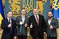 Президент Петро Порошенко вручив чемпіону XXIII зимових Олімпійських ігор Олександру Абраменку орден «За заслуги».jpg