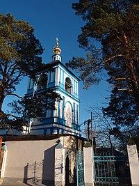 Церковь Успения Пресвятой Богородицы, колокольня и вход со стороны жилых домов.jpg