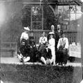 הרצל תיאודור בקרב ידידיו בקיטנה באוסיג (1902) מימין לשמאל - גברת וולפסון ניסן-PHG-1002079.png