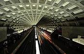 Trem chegando à estação de metrô McPherson Square com teto de concreto abobadado