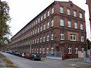 """Tuchfabrik """"C. S. Elias"""" mit den beiden viergeschossigen Fabrikationsgebäuden, Färberei, Kesselhäusern, Shedbau, Wollwäscherei, Stallung und Remise, mit Fabrikantenvillen Ostrower Damm 1 und 3 sowie den jeweils dazugehörigen Villengärten"""