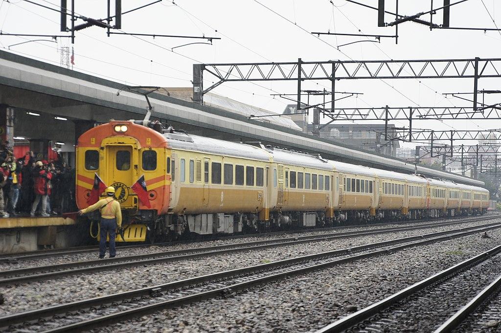 https://upload.wikimedia.org/wikipedia/commons/thumb/b/bd/2011-03-10_British_Lady_in_7776_Cruise_Train.JPG/1024px-2011-03-10_British_Lady_in_7776_Cruise_Train.JPG