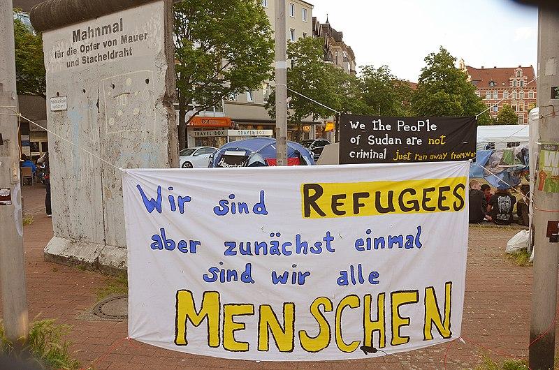 File:2014-06-02 Sudan Flüchtlinge Protest gegen Abschiebung, Weißekreuzplatz Hannover, (46) Mahnmal für die Opfer von Mauer und Stacheldraht, Refugees ...jpg