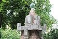 9.Ondřejov pomník padlým detail vrcholu měděné koule a desky s nápisem PADLI ABY OŽILA VLAST a letopočtu šikmý podhled proti stromům.JPG