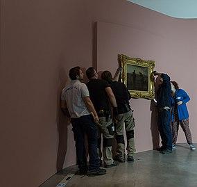 Accrochage de L'Angélus expositionJF.Millet02.jpg