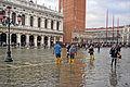 Acqua Alta sur la place Saint Marc à Venise (8091188816).jpg