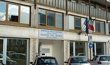 La sede dell'Agenzia delle entrate di Aosta (in via Trotechin), scritte bilingui italiano/francese.