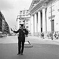 Agent regelt het verkeer in de Rue du Faubourg-Saint-Honoré voor de kerk van St…, Bestanddeelnr 254-0289.jpg