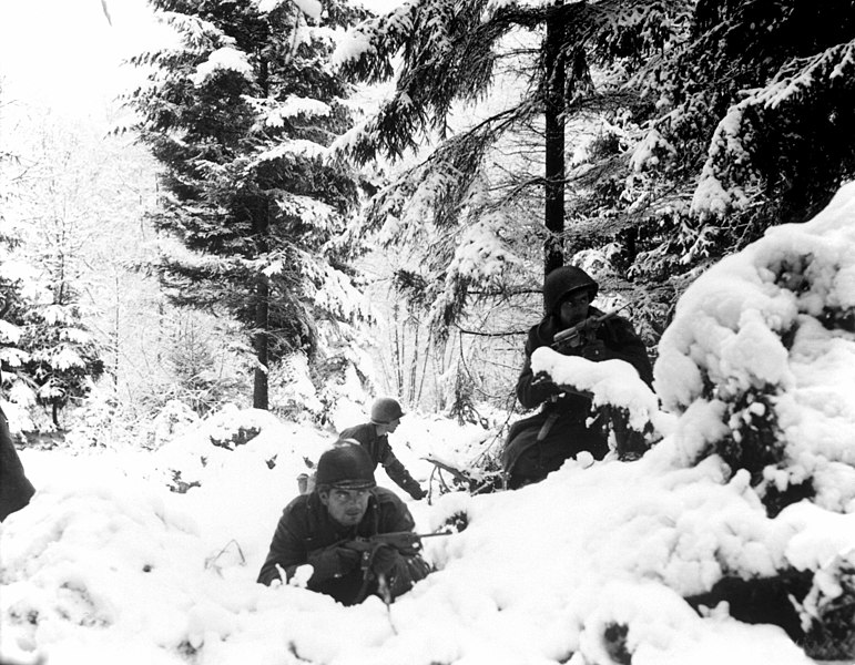 Archivo:American 290th Infantry Regiment infantrymen fighting in snow during the Battle of the Bulge.jpg
