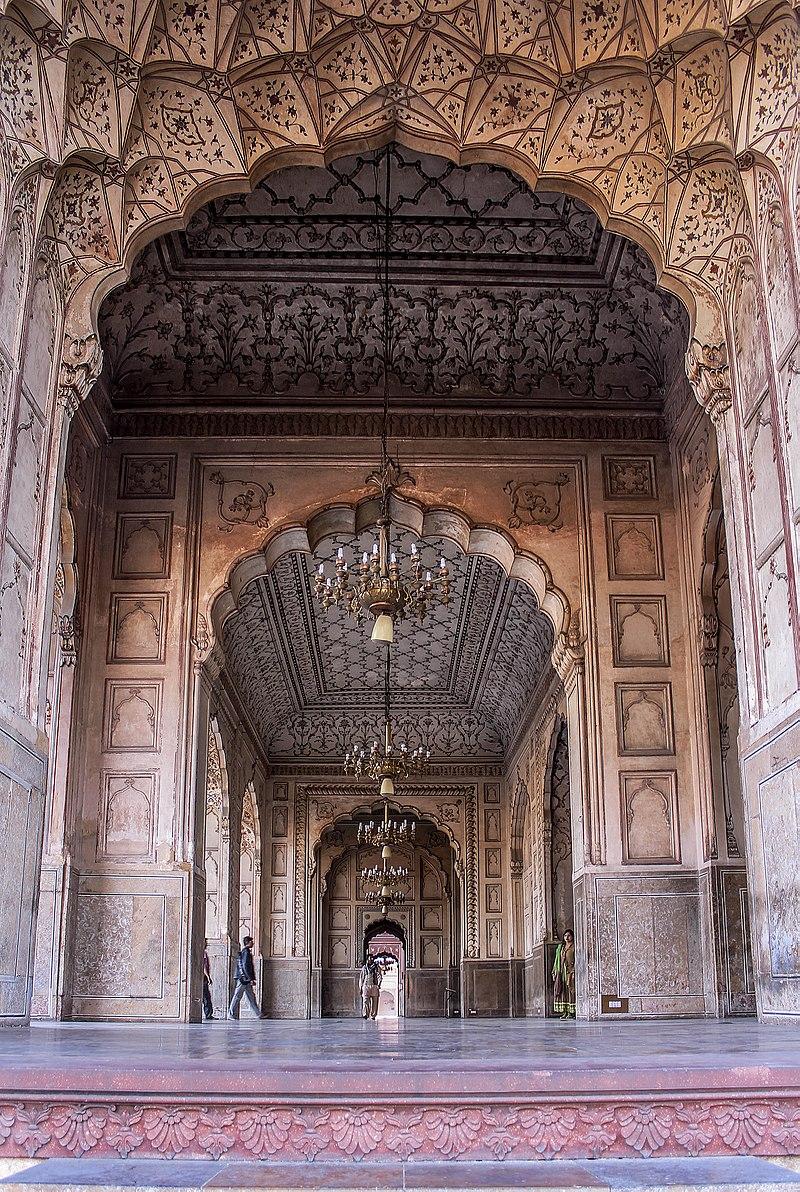 Antique wrok walls in badshahi mosque.jpg
