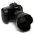 Appareil photo reflex numérique Canon EOS 5D (de face).jpg