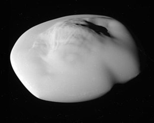 Saturnmonde Atlas, aufgenommen aus 11.000 km Entfernung von der Raumsonde Cassini am 12. April 2017. (84 Meter pro Pixel)