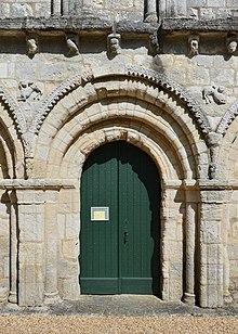 Berneuil 16 Église portail 2014.jpg