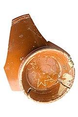 Bodem van een kop in terra sigillata met grafitto