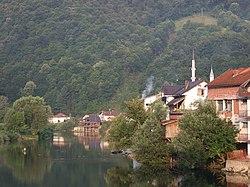 Bosanska Otoka - houses at the river.jpg