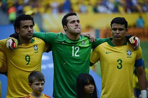 Julio Cesar (centro) pela Seleção Brasileira em 2013. 83dccbc88a5b2