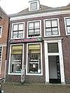 foto van Huis met eenvoudige gevel met rechte kroonlijst; eenvoudige deuromlijsting