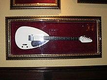 Bílý kapkovitého tvaru kytary, jak se používá Brian Jones, na displeji v Hard Rock Cafe v Sacramentu v Kalifornii