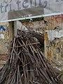 Buďánka, U Zámečnice 10, dřevěné tyčky v okně.jpg