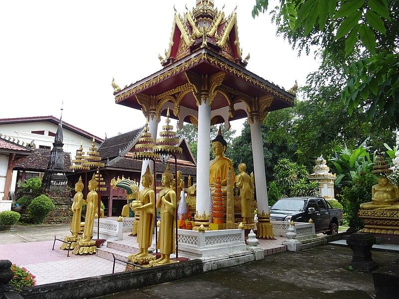 File:Buddha statue at Wat Sisaket.jpg