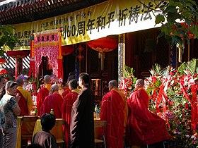 Cérémonie bouddhiste dans un temple de Pékin.