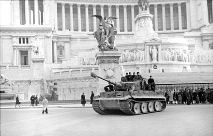 German Tiger I tank in front of the Altare della Patria in Rome in 1944 Bundesarchiv Bild 101I-310-0880-38, Italien, Rom, Tiger I vor Vittoriano.jpg