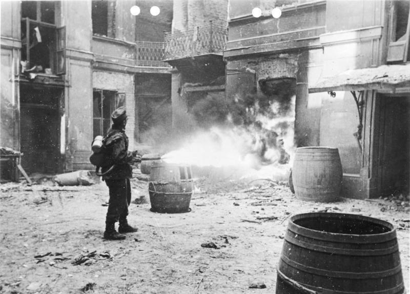 Bundesarchiv Bild 146-1996-057-10A, Warschauer Aufstand, Soldat mit Flammenwerfer