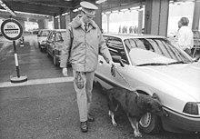 220px Bundesarchiv Bild 183 1989 1128 012%2C Berlin%2C Rauschgiftsp%C3%BCrhund im Einsatz
