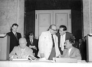 Bundesarchiv Bild 183-49000-0329, Berlin, Chruschtschow trägt sich ins Goldene Buch ein