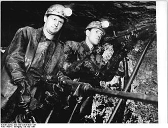 "Hewer - Image: Bundesarchiv Bild 183 G0530 0031 001, Freiberg, Zeche ""Albert Funk"", Bergarbeiter bohrend"